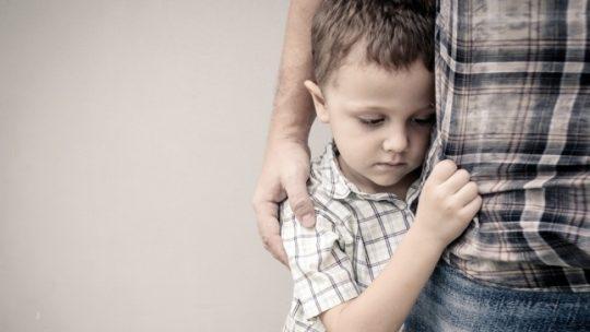 كيف تساعد طفلك على التخلص من الخجل وزيادة الثقة بنفسه